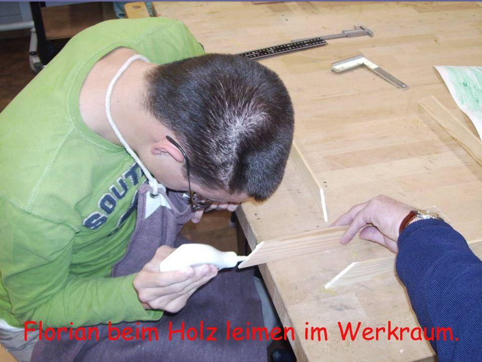 Florian beim Holz leimen im Werkraum.