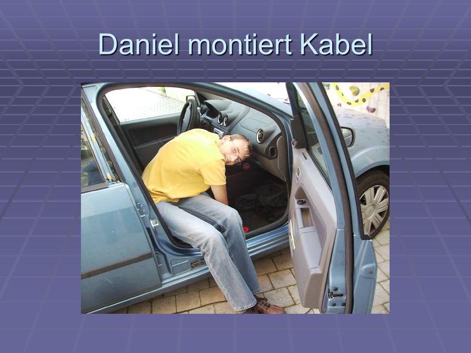 Daniel montiert Kabel