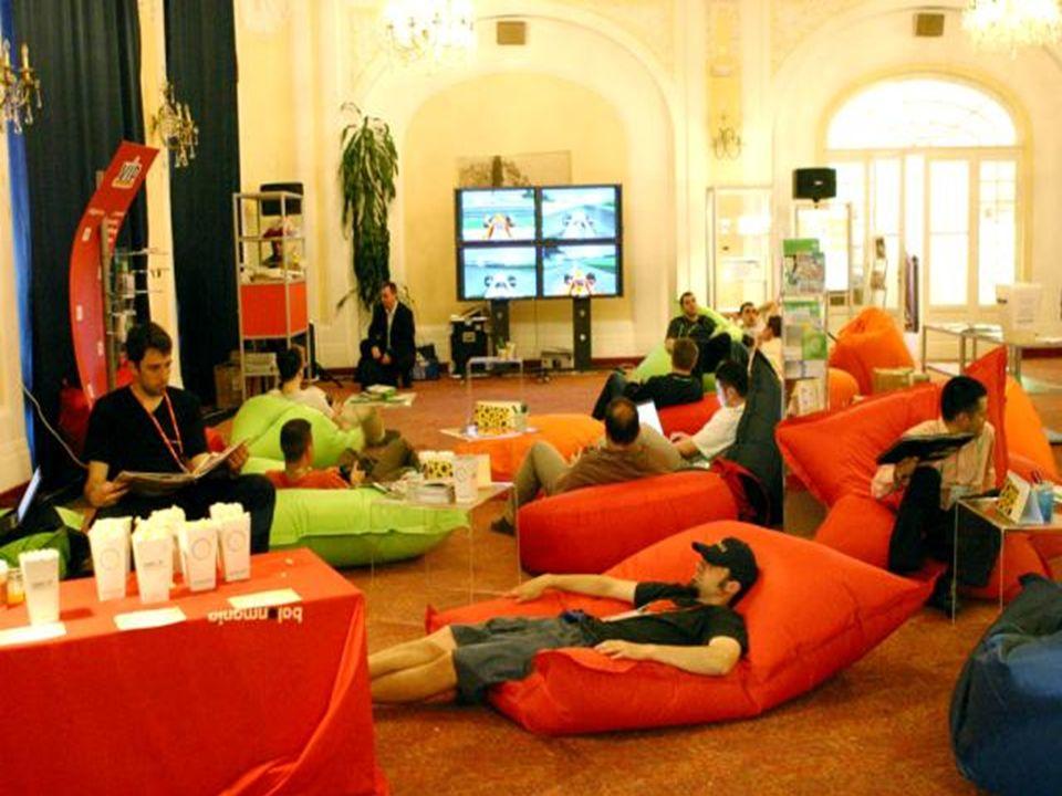 Multimedia / Werbung Kombination von Arbeit und Freizeit Förderung des Betriebsklimas durch: Lockere Arbeitsatmosphäre Lockere Arbeitsatmosphäre Freiz
