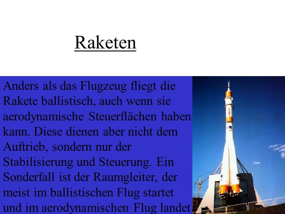 Anders als das Flugzeug fliegt die Rakete ballistisch, auch wenn sie aerodynamische Steuerflächen haben kann. Diese dienen aber nicht dem Auftrieb, so