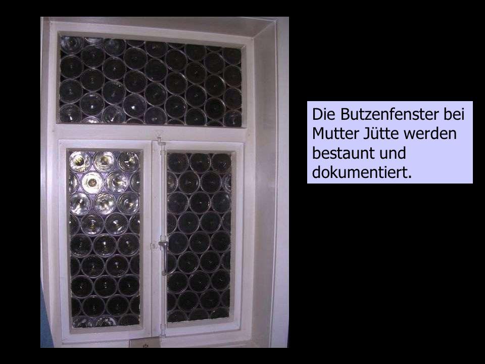 Die Butzenfenster bei Mutter Jütte werden bestaunt und dokumentiert.