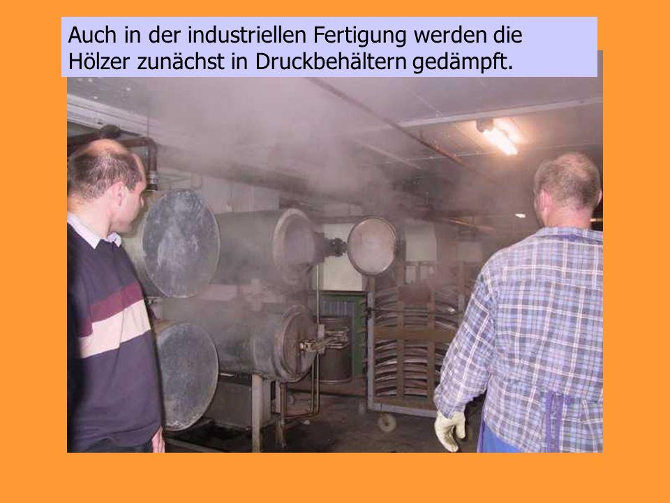 Auch in der industriellen Fertigung werden die Hölzer zunächst in Druckbehältern gedämpft.