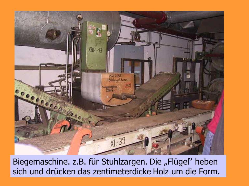 Biegemaschine. z.B. für Stuhlzargen. Die Flügel heben sich und drücken das zentimeterdicke Holz um die Form.