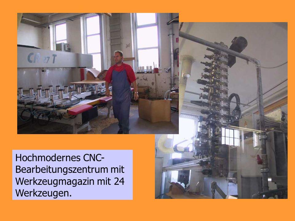 Hochmodernes CNC- Bearbeitungszentrum mit Werkzeugmagazin mit 24 Werkzeugen.
