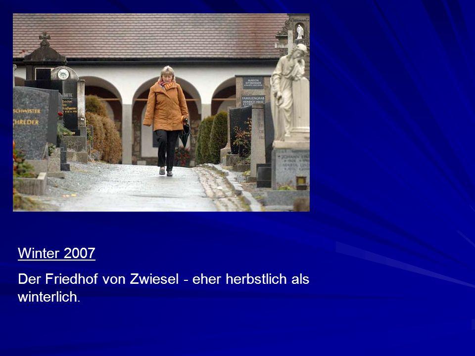 Winter 2006 in Zwiesel Vor einem Jahr haben die ortsansässigen Kirchenleute ihren Friedhof kaum wieder erkannt. Und ein Ende der Schneefälle war Anfan
