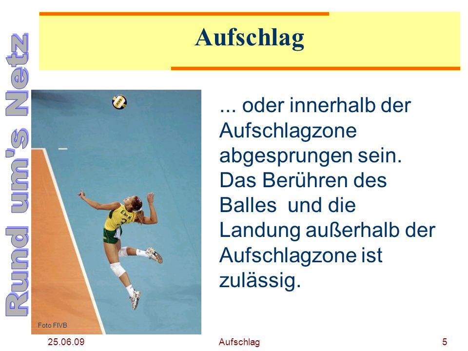 25.06.09 Aufschlag4 Im Moment der Ausführung des Aufschlags (Berühren des Balles mit der Schlaghand) muss der Spieler in der Aufschlagzone stehen... F