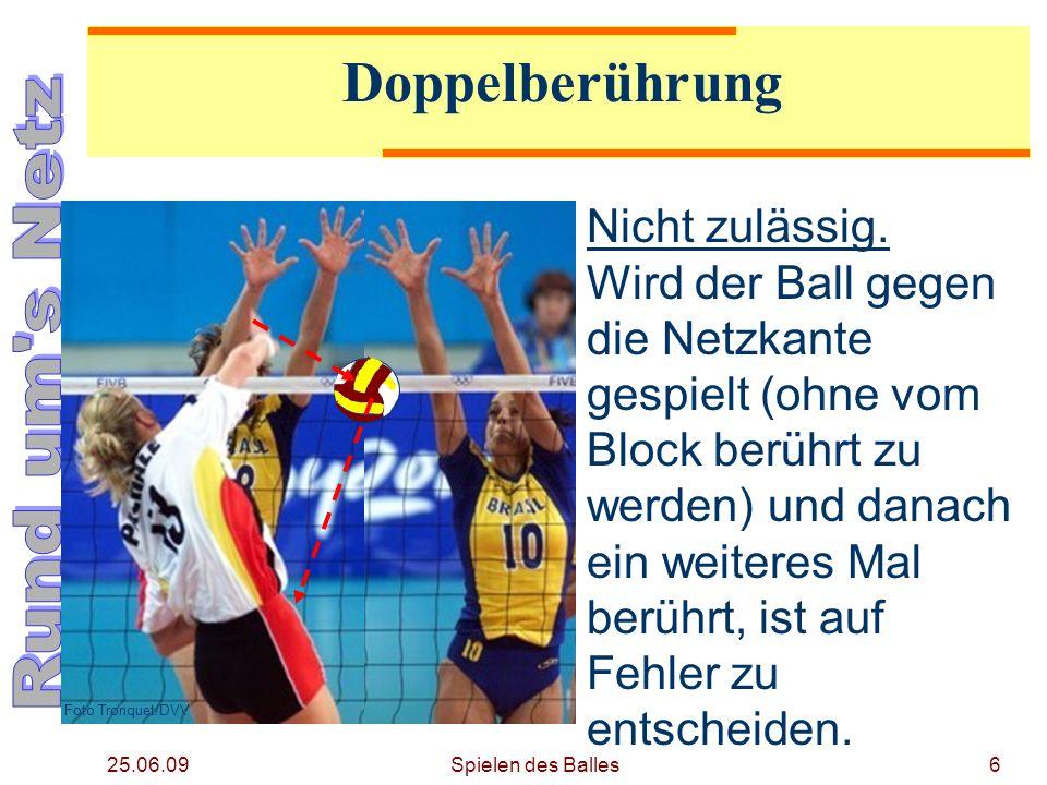25.06.09 Doppelberührung Foto Tronquet/DVV Nicht zulässig. Wird der Ball gegen die Netzkante gespielt (ohne vom Block berührt zu werden) und danach ei