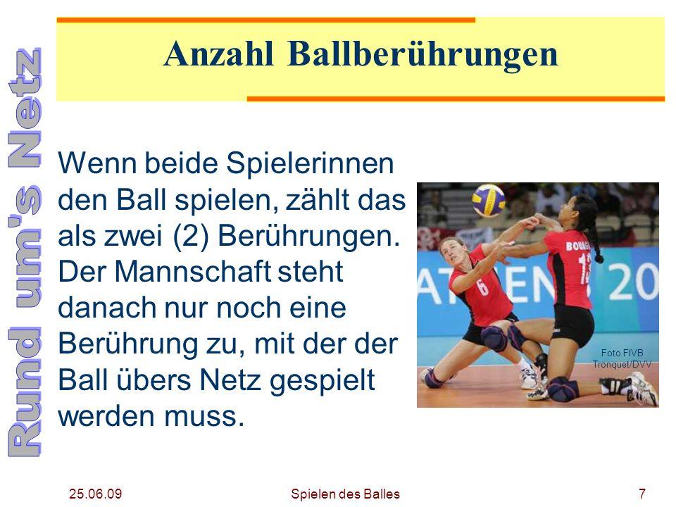 25.06.09 Gegenspieler berühren gleichzeitig den Ball Fliegt der Ball auf eine Seite, so stehen der Mannschaft drei weitere Berührungen zu.
