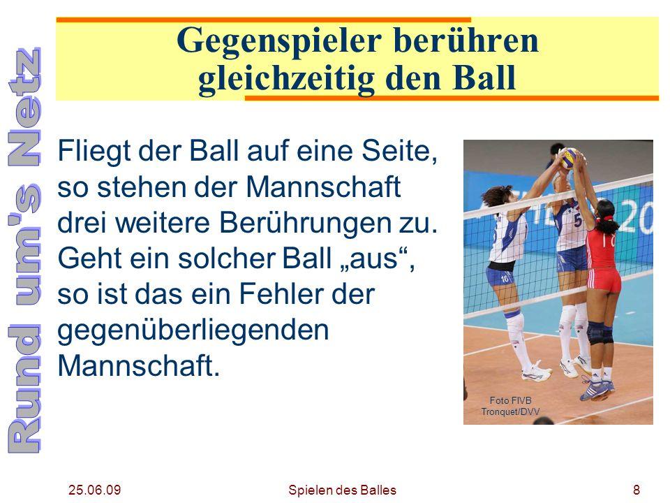 25.06.09 Gegenspieler berühren gleichzeitig den Ball Fliegt der Ball auf eine Seite, so stehen der Mannschaft drei weitere Berührungen zu. Geht ein so