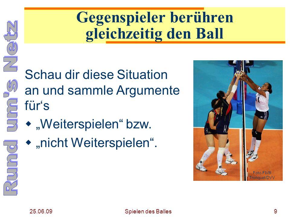 25.06.09 Gegenspieler berühren gleichzeitig den Ball Schau dir diese Situation an und sammle Argumente fürs Weiterspielen bzw. nicht Weiterspielen. Fo