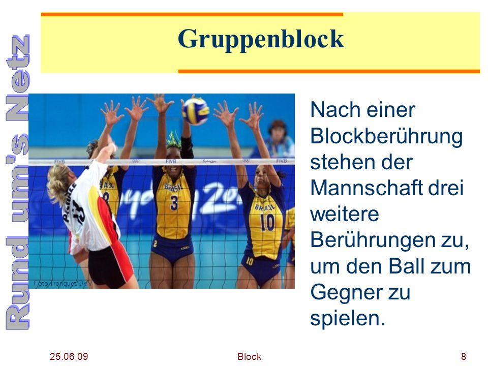 25.06.09 Block8 Gruppenblock Nach einer Blockberührung stehen der Mannschaft drei weitere Berührungen zu, um den Ball zum Gegner zu spielen. Foto Tron