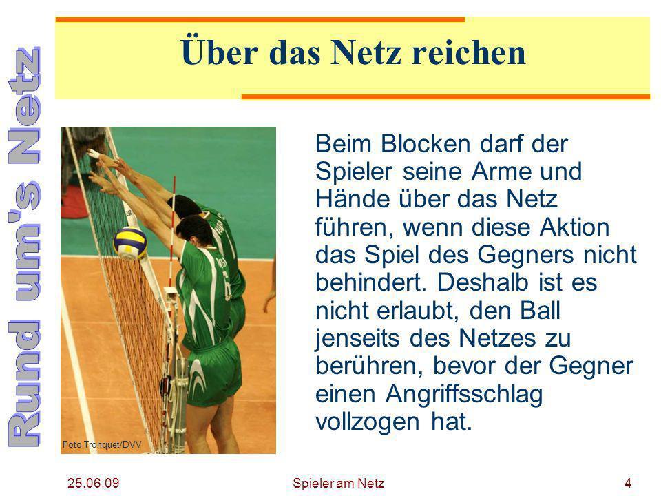 25.06.09 Spieler am Netz5 Eindringen unterhalb des Netzes Das Eindringen in den gegnerischen Raum unterhalb des Netzes ist erlaubt, wenn dabei der Gegner nicht behindert wird.