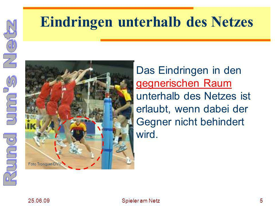 25.06.09 Spieler am Netz6 Der Fuß berührt die Mittellinie und das gegnerische Feld.