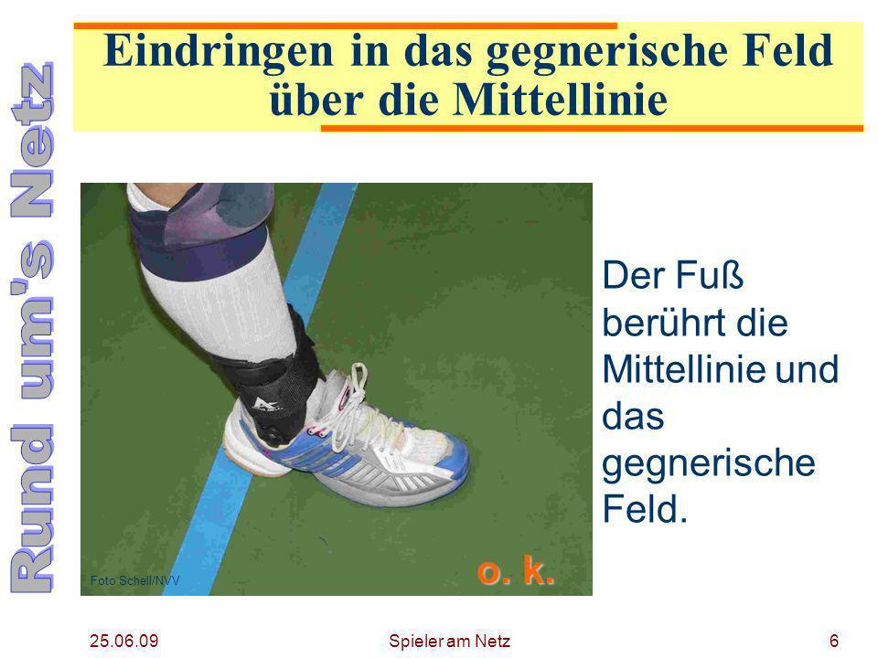 25.06.09 Spieler am Netz7 Die Senkrechte (gezogen am hinteren Ende des Schuhs) berührt die Mittellinie.