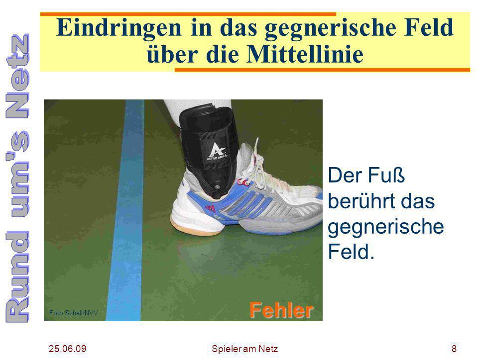 25.06.09 Spieler am Netz9 Die Senkrechte (gezogen am hinteren Ende des Schuhs) berührt das gegnerische Feld.