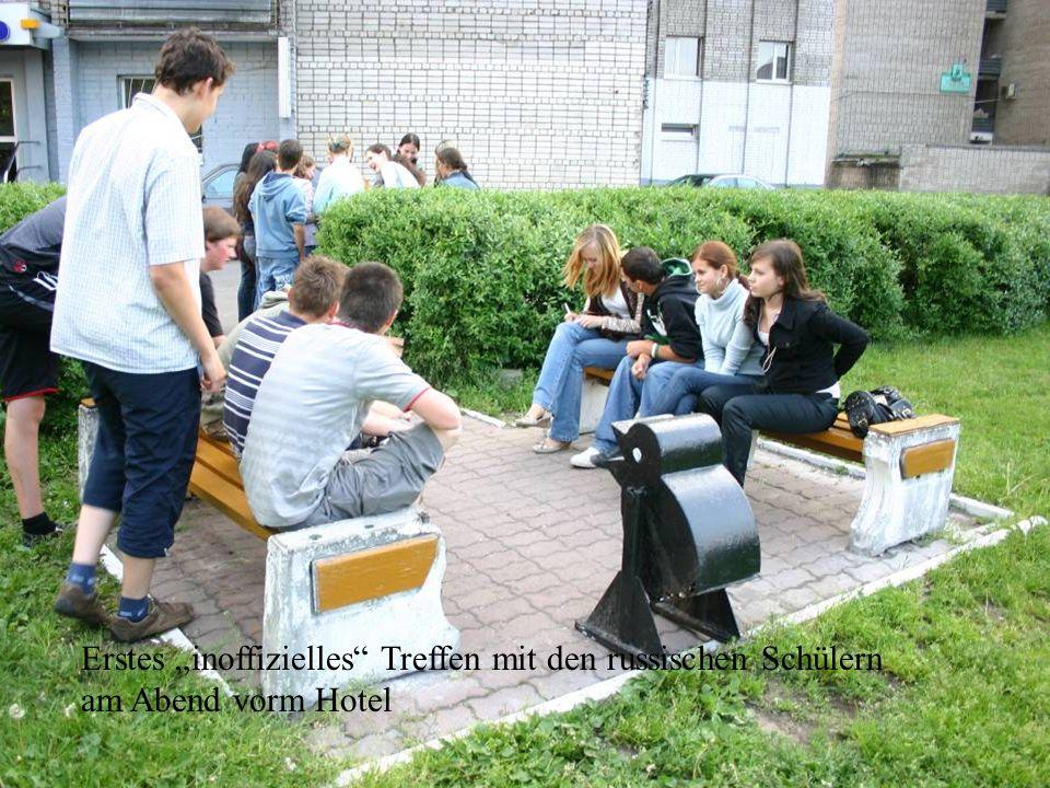 Erstes inoffizielles Treffen mit den russischen Schülern am Abend vorm Hotel
