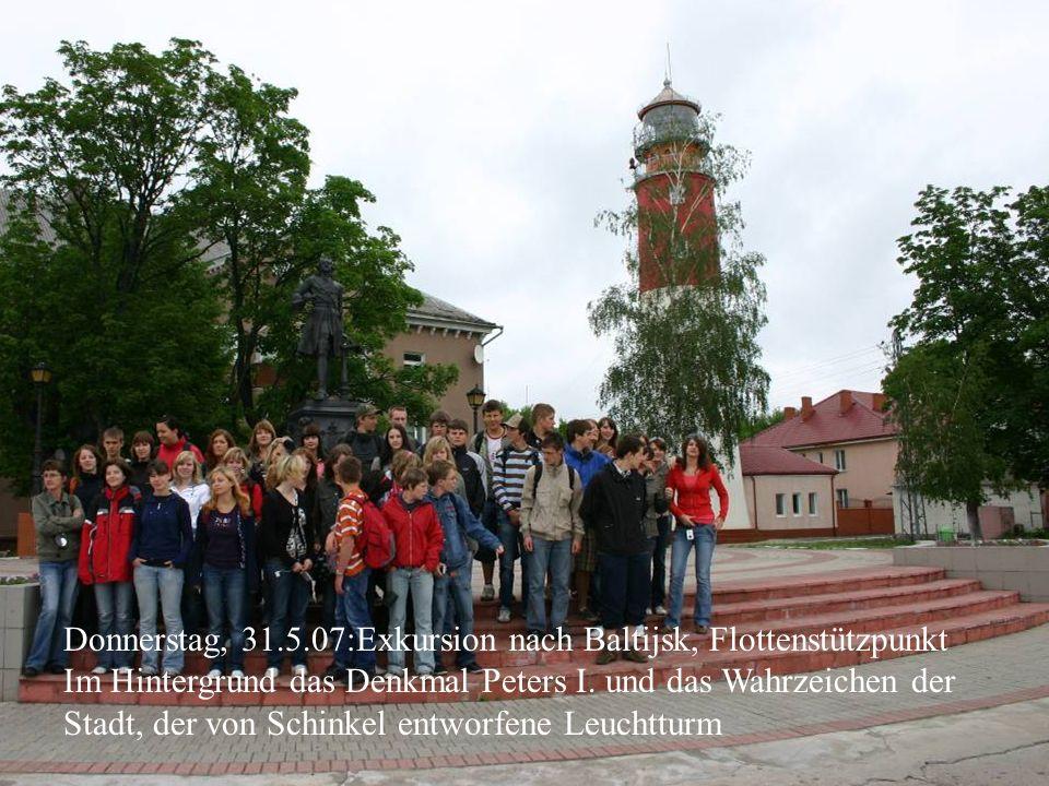 Donnerstag, 31.5.07:Exkursion nach Baltijsk, Flottenstützpunkt Im Hintergrund das Denkmal Peters I. und das Wahrzeichen der Stadt, der von Schinkel en