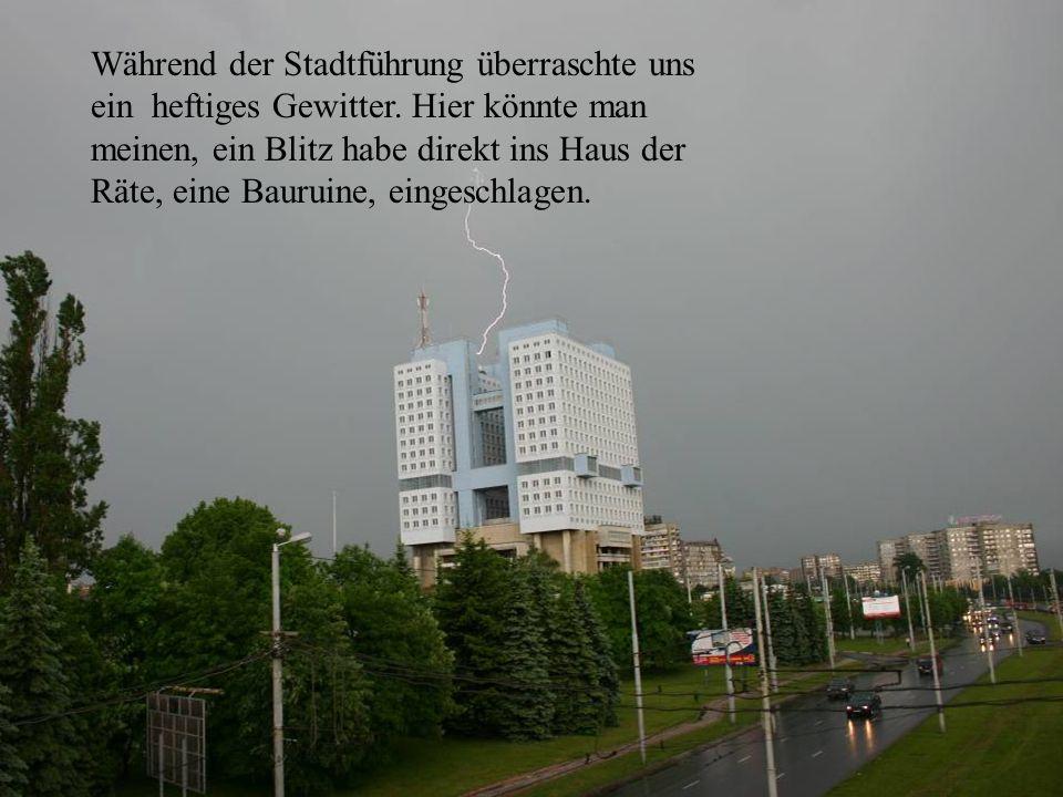 Rätehaus mit Blitz Während der Stadtführung überraschte uns ein heftiges Gewitter. Hier könnte man meinen, ein Blitz habe direkt ins Haus der Räte, ei