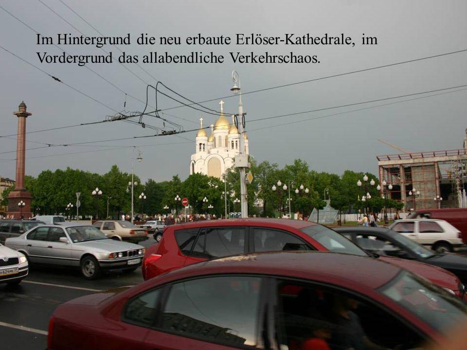 Kathedrale und Verkehr Im Hintergrund die neu erbaute Erlöser-Kathedrale, im Vordergrund das allabendliche Verkehrschaos.