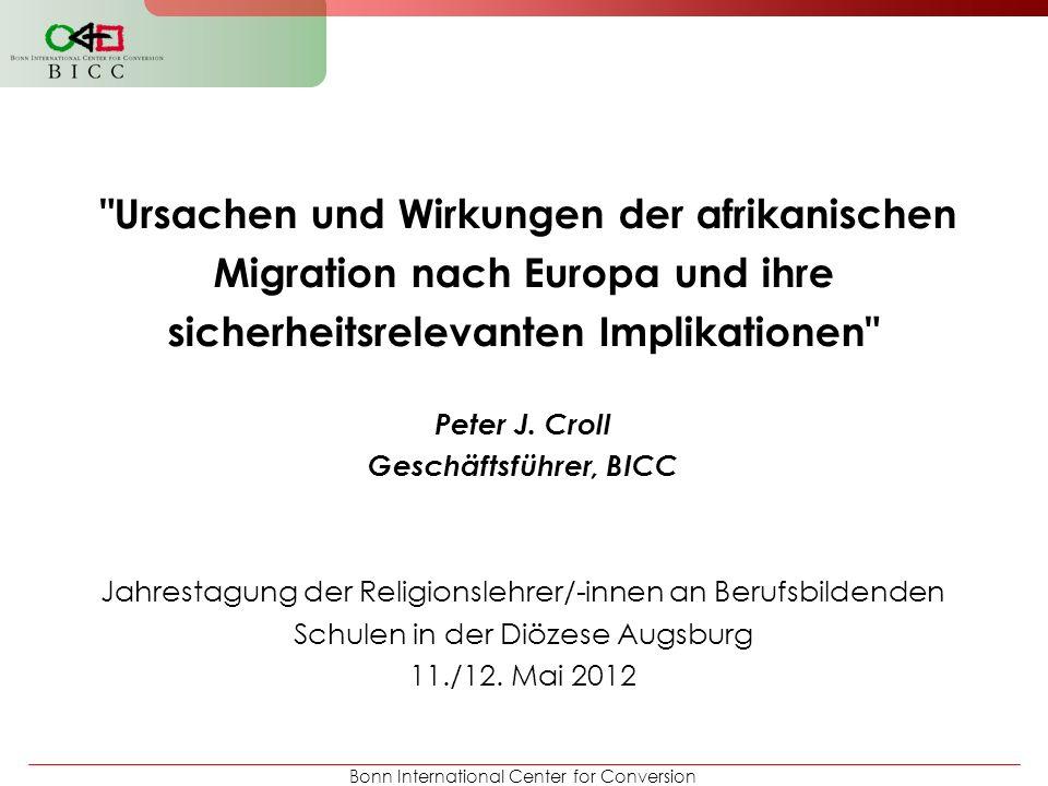 Bonn International Center for Conversion Ursachen und Wirkungen der afrikanischen Migration nach Europa und ihre sicherheitsrelevanten Implikationen Ausblick Potenzielle Ansatzpunkte der Arbeit von Diaspora- Gruppen Nicht ÜBER Migranten sprechen; sondern MIt ihnen in Dialog treten