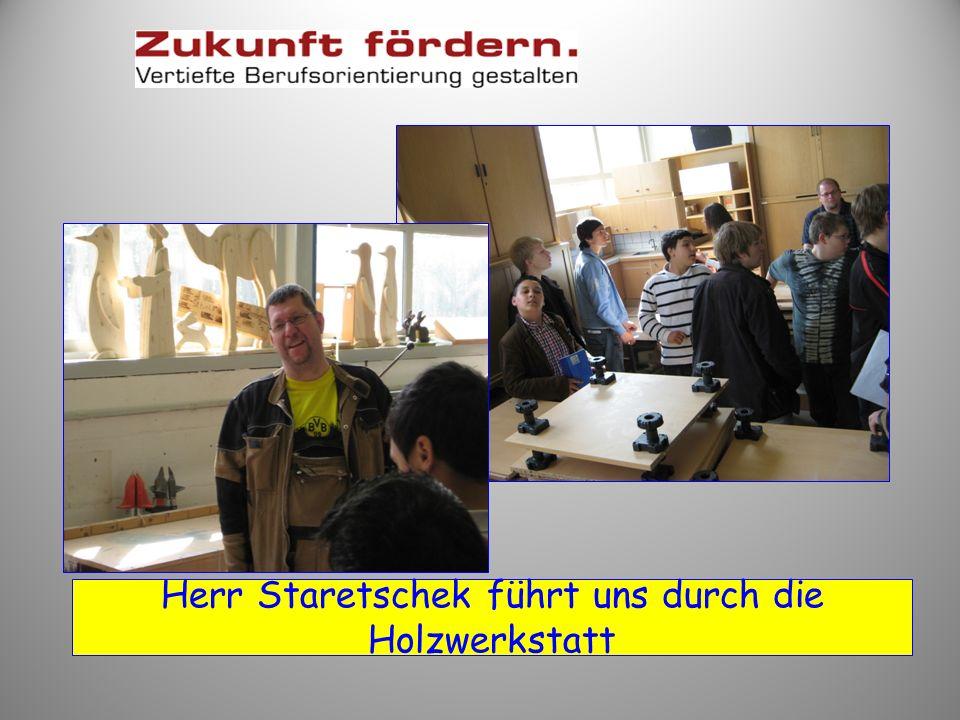 Herr Kranich erklärt uns die Maler-Werkstatt