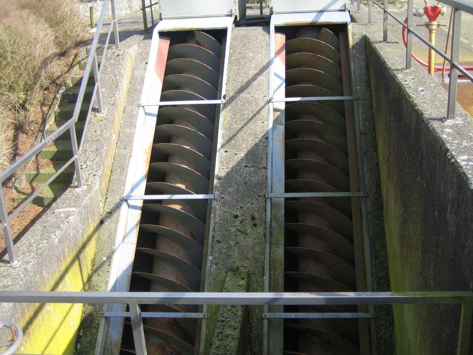 Die mechanische Reinigung Die so genannten Schnecken zerkleinern größere Bestandteile des Abwassers, die dann von mehreren Rächen festgehalten werden.