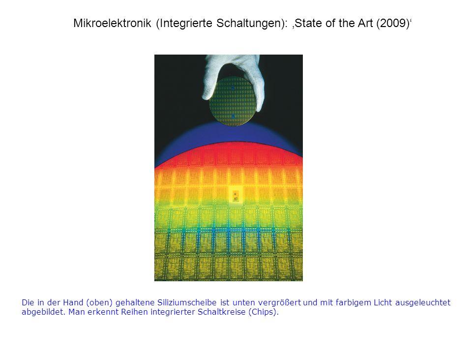Die in der Hand (oben) gehaltene Siliziumscheibe ist unten vergrößert und mit farbigem Licht ausgeleuchtet abgebildet.