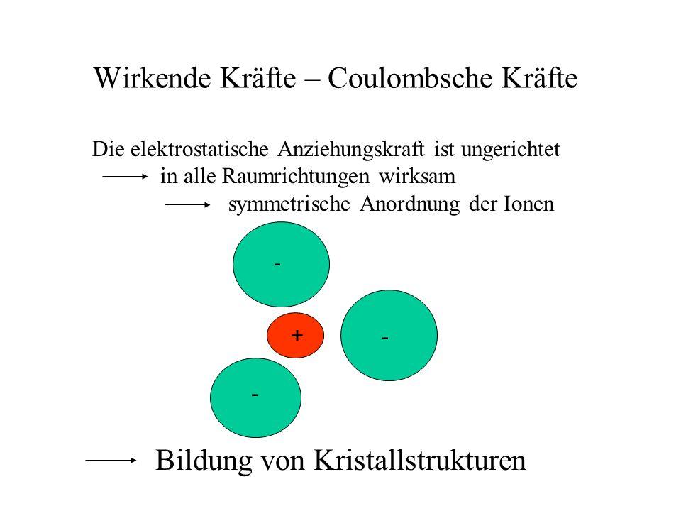 Wirkende Kräfte – Coulombsche Kräfte Die elektrostatische Anziehungskraft ist ungerichtet in alle Raumrichtungen wirksam symmetrische Anordnung der Io