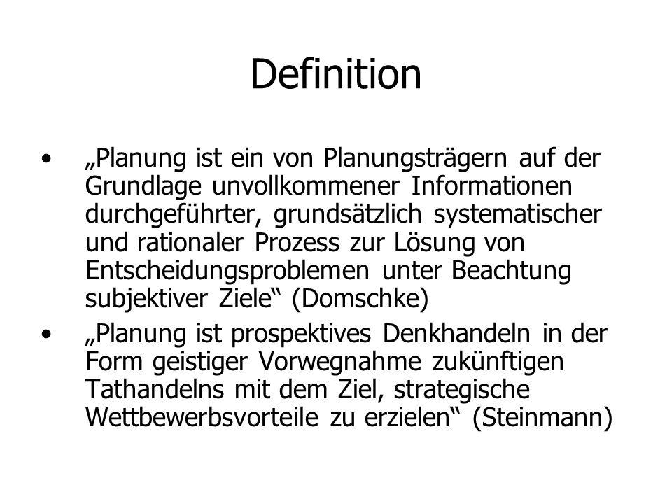 Definition Planung ist ein von Planungsträgern auf der Grundlage unvollkommener Informationen durchgeführter, grundsätzlich systematischer und rationaler Prozess zur Lösung von Entscheidungsproblemen unter Beachtung subjektiver Ziele (Domschke) Planung ist prospektives Denkhandeln in der Form geistiger Vorwegnahme zukünftigen Tathandelns mit dem Ziel, strategische Wettbewerbsvorteile zu erzielen (Steinmann)