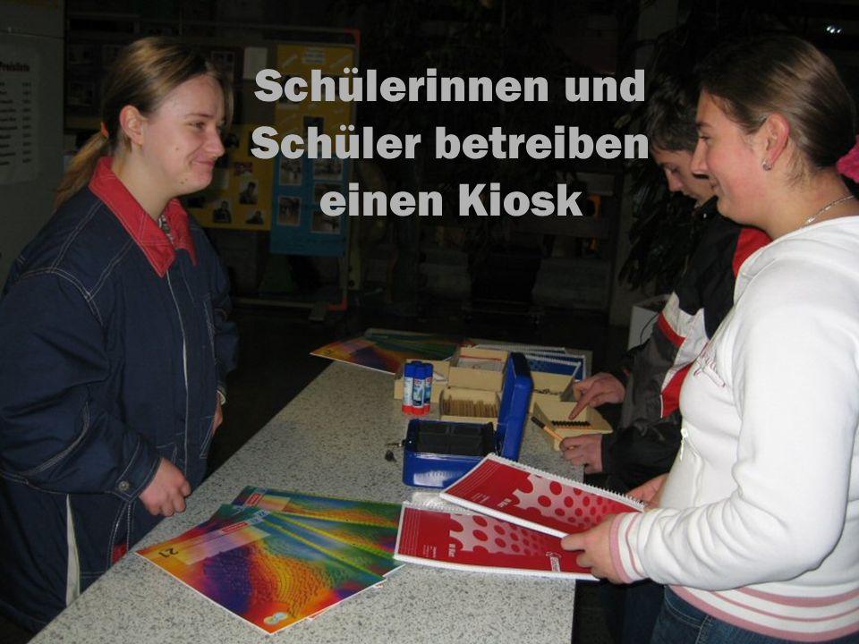 Schülerinnen und Schüler betreiben einen Kiosk