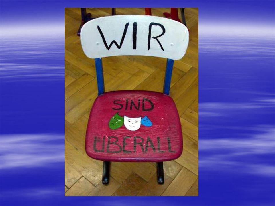 Sita Schmeddinghoff – 10b Kunterbunt Diesen Stuhl habe ich in Zusammenarbeit mit Frau Gabriel gestaltet, da ich nicht zu jedem Treffen kommen konnte.