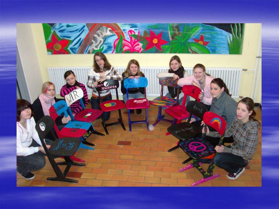 Eine neue Streitschlichtergruppe (Klasse 8) steht schon bereit mit neuen Ideen – einige Stühle warten noch auf ihre Verschönerungen.