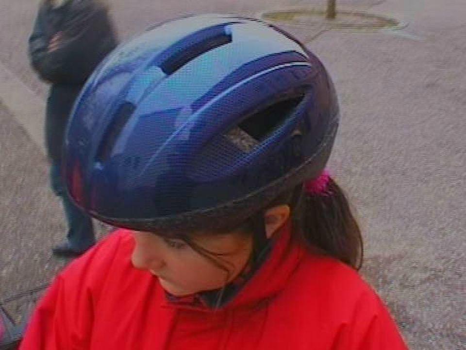 Trägt der Helm beispielsweise das GS-Zeichen (das steht für,,geprüfte Sicherheit), das der TÜV vergibt, kannst du ziemlich sicher sein, dass er einen ordentlichem Stoß verträgt.
