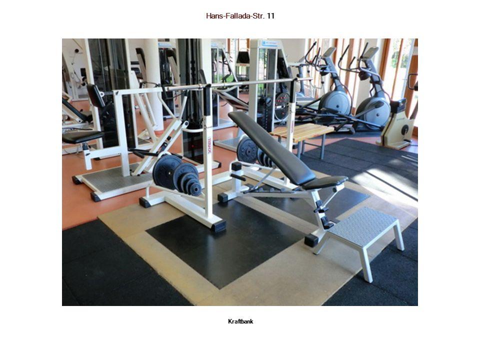Hans-Fallada-Str. 11 Links: Beinbeuge-Maschine sitzend Rechts: Beinstreck-Maschine