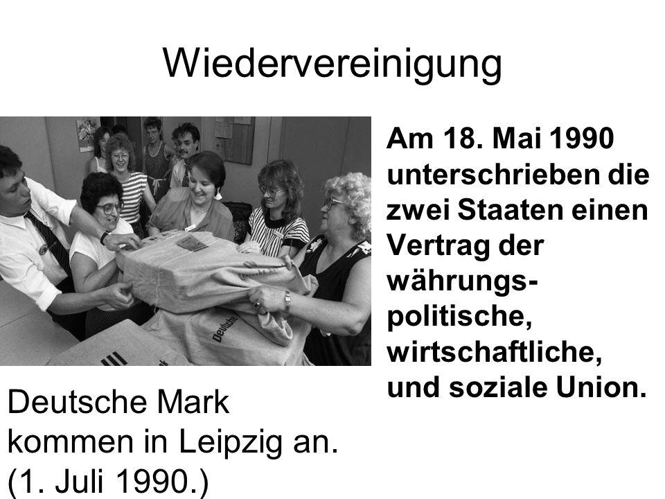 Wiedervereinigung Am 18. Mai 1990 unterschrieben die zwei Staaten einen Vertrag der währungs- politische, wirtschaftliche, und soziale Union. Deutsche