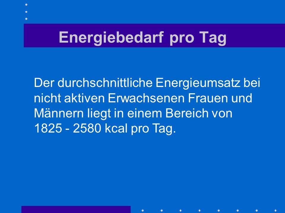 Energiebedarf pro Tag Der durchschnittliche Energieumsatz bei nicht aktiven Erwachsenen Frauen und Männern liegt in einem Bereich von 1825 - 2580 kcal pro Tag.