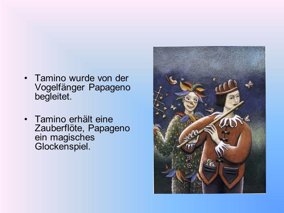 Tamino wurde von der Vogelfänger Papageno begleitet. Tamino erhält eine Zauberflöte, Papageno ein magisches Glockenspiel.