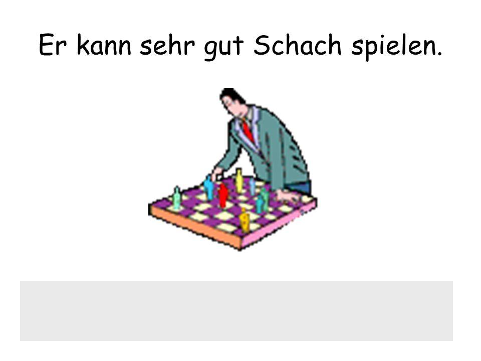 Er kann sehr gut Schach spielen.