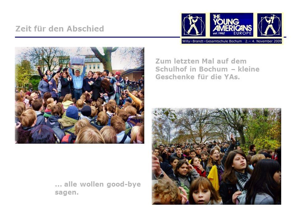 Zum letzten Mal auf dem Schulhof in Bochum – kleine Geschenke für die YAs....