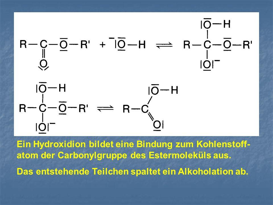 Ein Hydroxidion bildet eine Bindung zum Kohlenstoff- atom der Carbonylgruppe des Estermoleküls aus. Das entstehende Teilchen spaltet ein Alkoholation