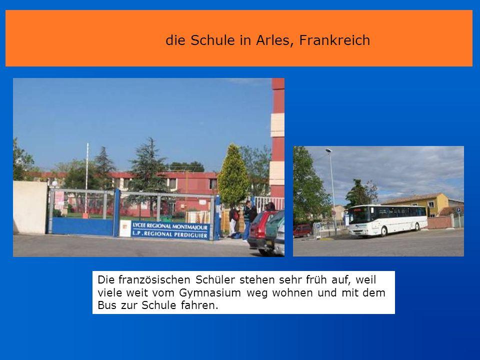 die Schule in Arles, Frankreich Die französischen Schüler stehen sehr früh auf, weil viele weit vom Gymnasium weg wohnen und mit dem Bus zur Schule fa