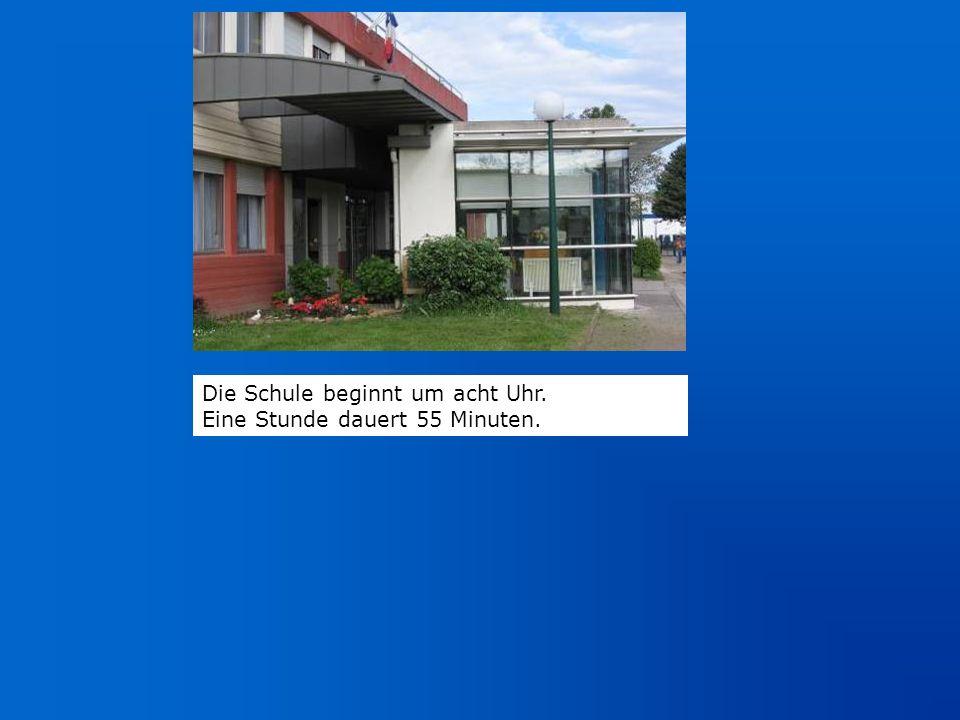 Die Schule beginnt um acht Uhr. Eine Stunde dauert 55 Minuten.