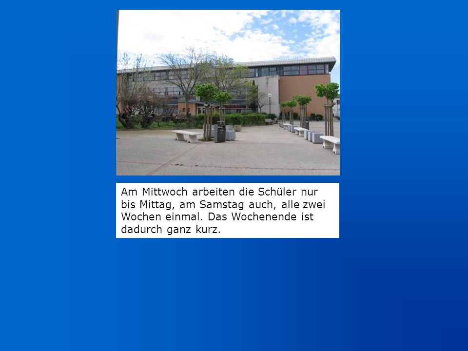 Schulhof mit Blick auf die Turnhalle