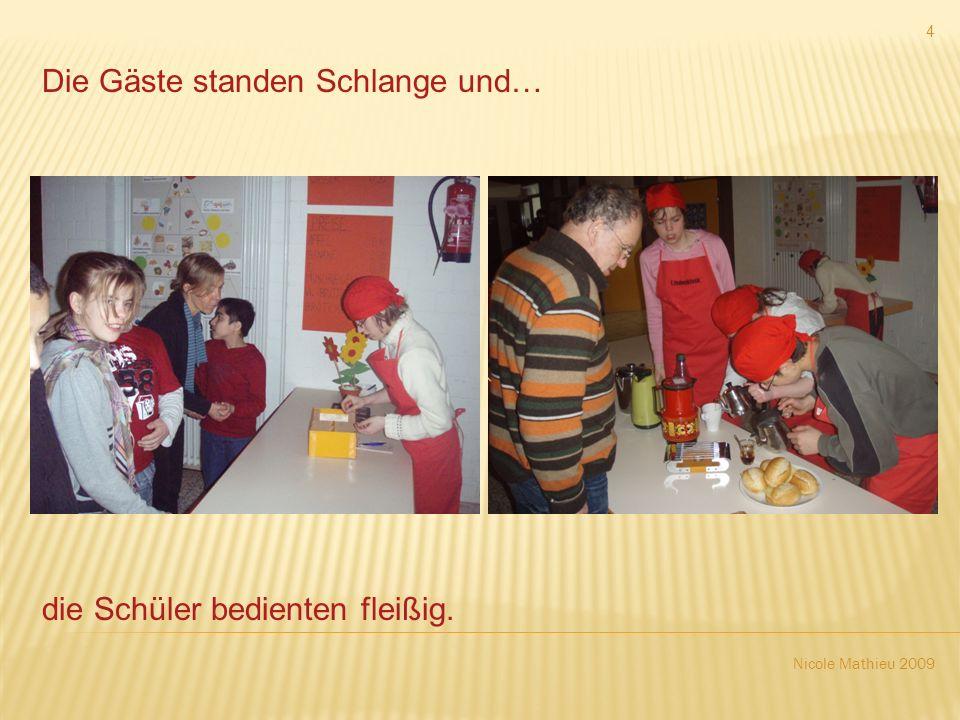 Nicole Mathieu 2009 4 Die Gäste standen Schlange und… die Schüler bedienten fleißig.