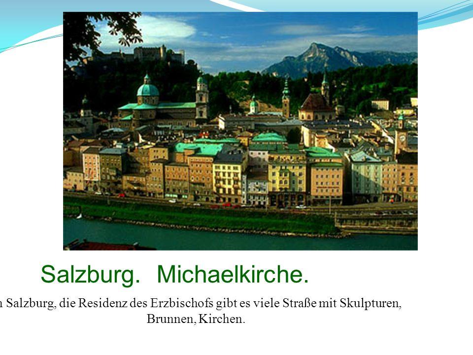 Salzburg. Michaelkirche. In Salzburg, die Residenz des Erzbischofs gibt es viele Straße mit Skulpturen, Brunnen, Kirchen.
