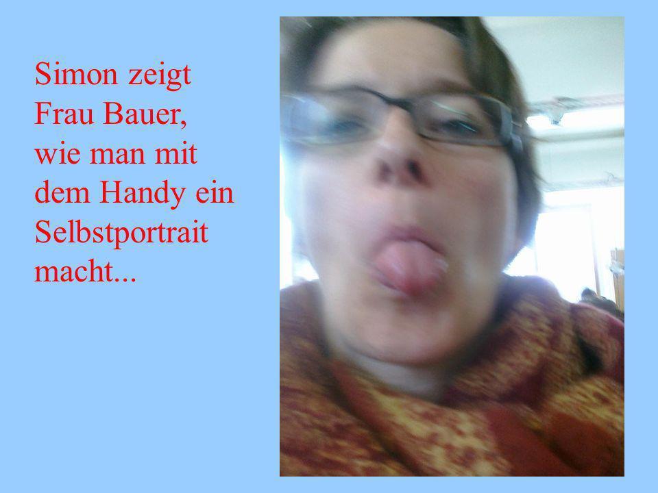 Simon zeigt Frau Bauer, wie man mit dem Handy ein Selbstportrait macht...