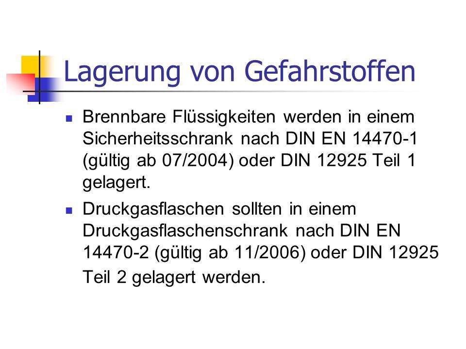 Lagerung von Gefahrstoffen Brennbare Flüssigkeiten werden in einem Sicherheitsschrank nach DIN EN 14470-1 (gültig ab 07/2004) oder DIN 12925 Teil 1 gelagert.