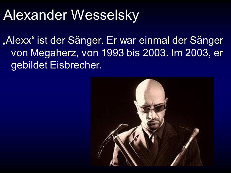Alexander Wesselsky Alexx ist der Sänger. Er war einmal der Sänger von Megaherz, von 1993 bis 2003. Im 2003, er gebildet Eisbrecher.