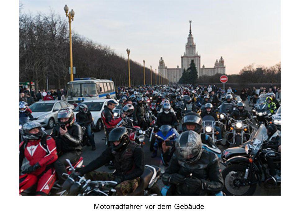 Motorradfahrer vor dem Gebäude