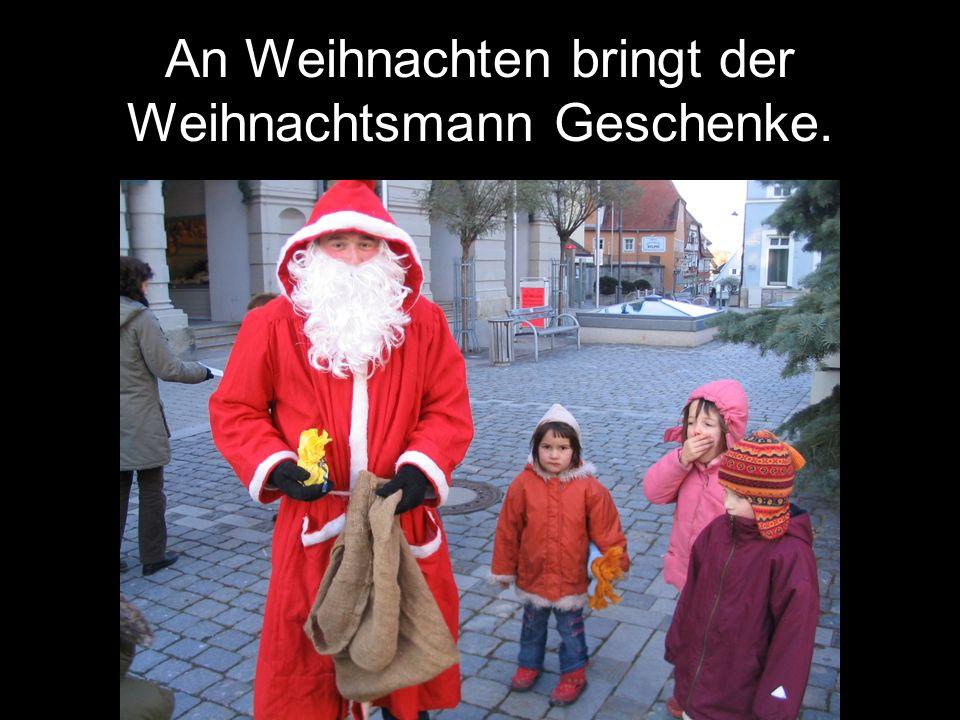 An Weihnachten bringt der Weihnachtsmann Geschenke.